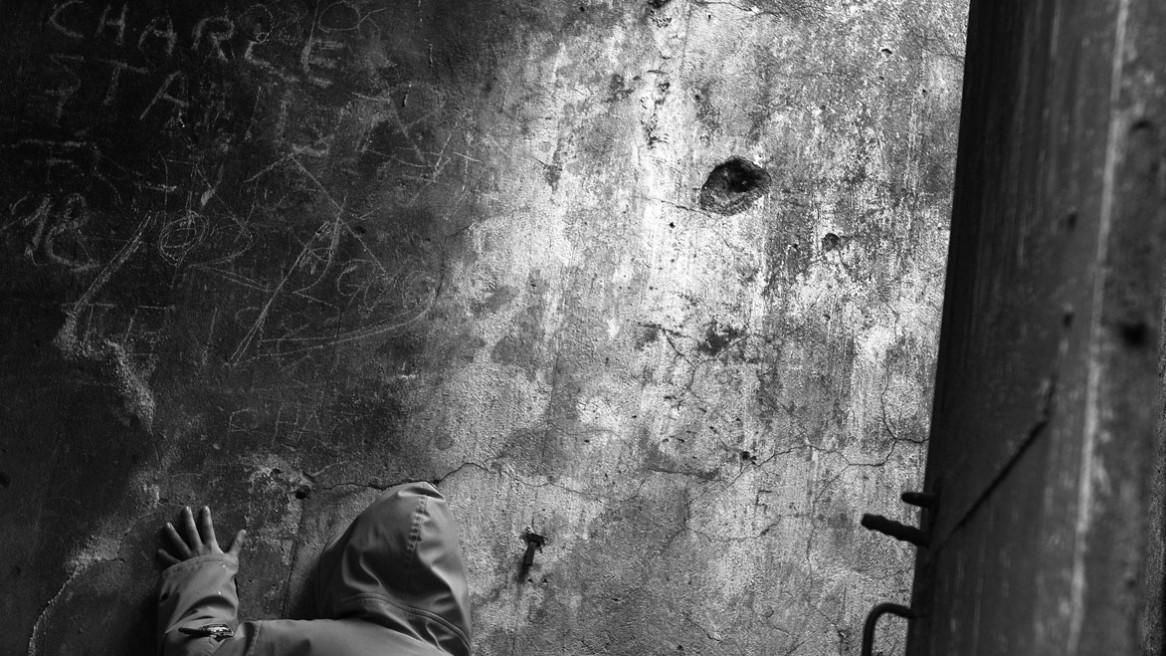Des graffitis gravés sur le mur, des prénoms, des dates...