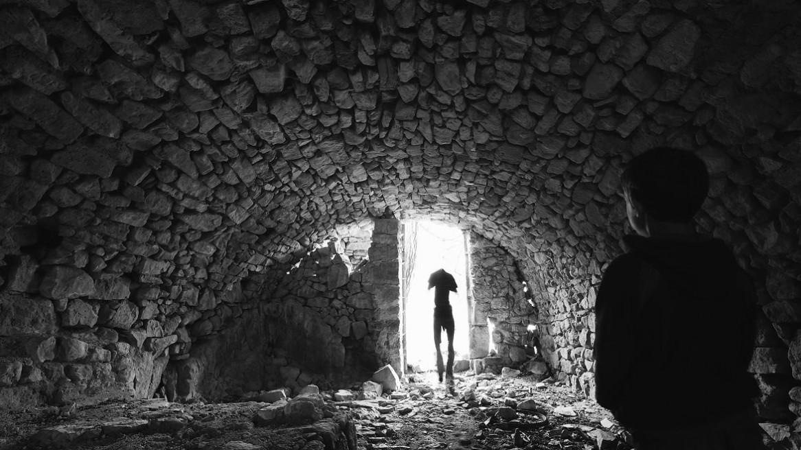Etrange rencontre dans la cave voutée d'une vielle ruine. Photo noir et blanc de Matthieu Dupont