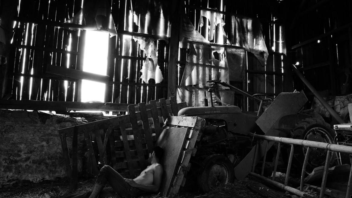 Allongé dans un vieil hangar - Photographie de Matthieu Dupont