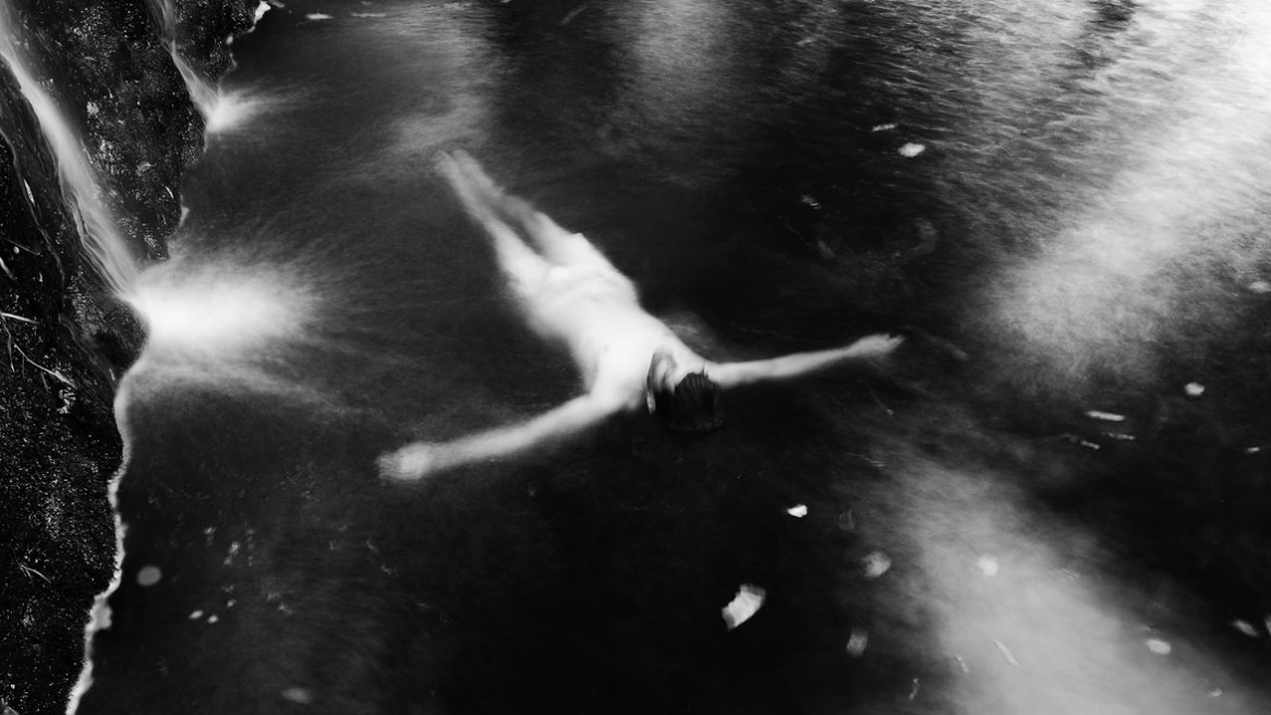 Un corps flottant sur l'eau, une photo de Matthieu Dupont