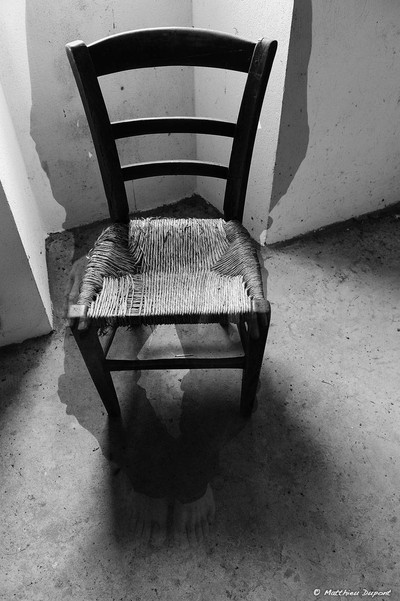Une chaise, une silhouette humaine qui s'efface, un contre-jour... Photo noir et blanc de Matthieu Dupont