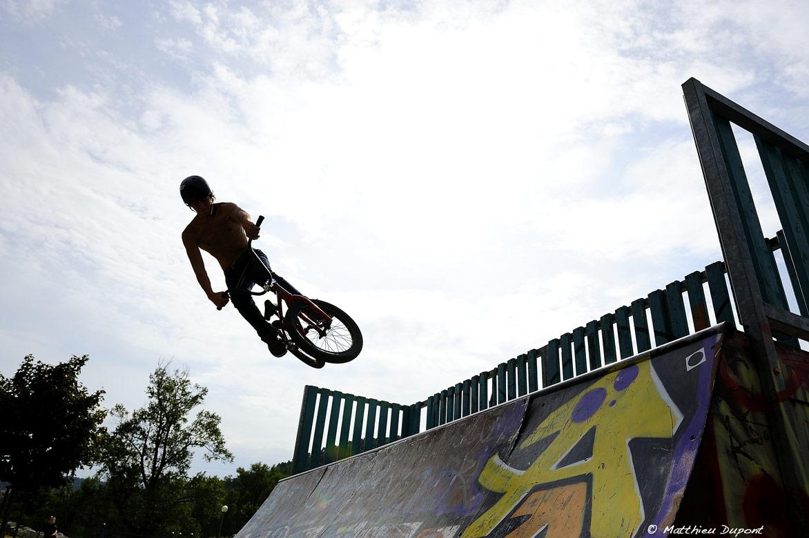 BMX dans le skate parc de Vals les Bains en Ardèche