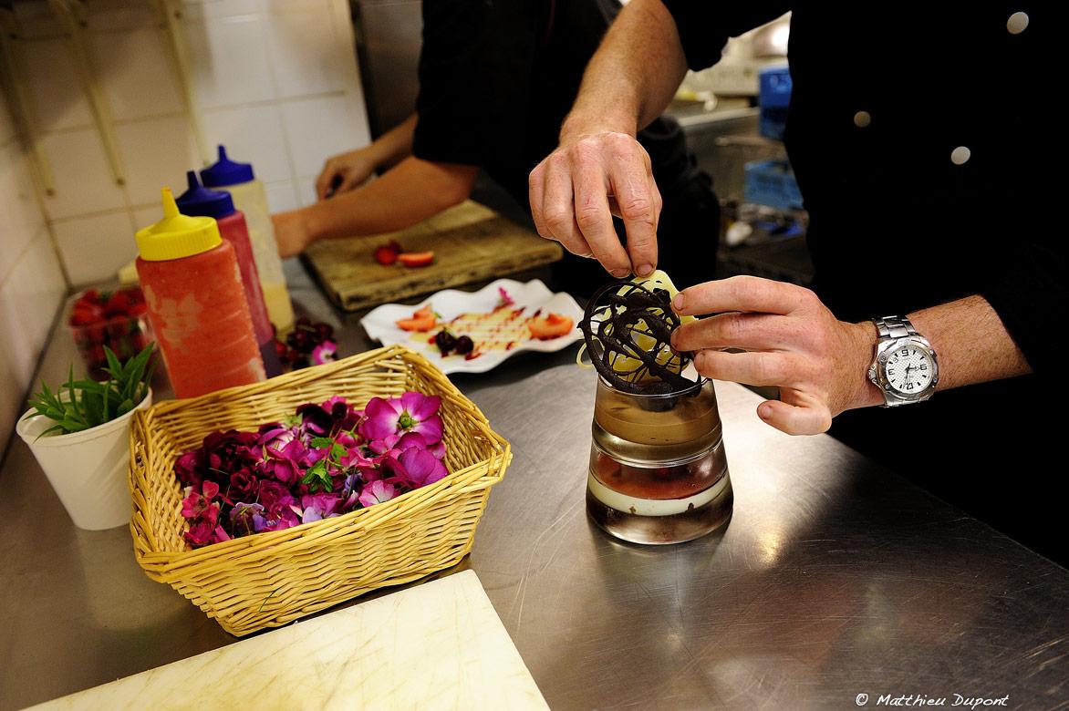 Mas de la Madeleine, Ardèche - Le chef Alban Guillemin prépare un dessert