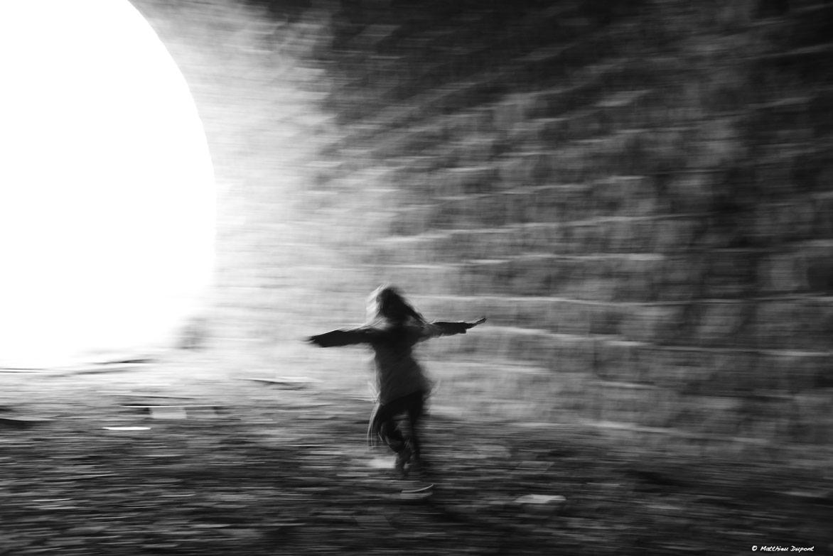 Petite fille tel un oiseau... Photographie en noir et blanc de Matthieu Dupont