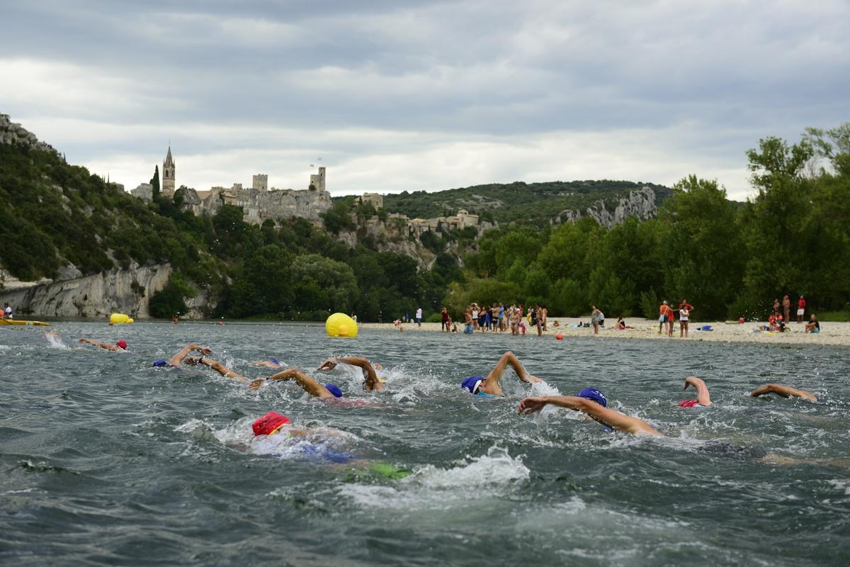 Natation sur le Triathlon des Gorges de l'Ardèche 2013. Au pied du village d'Aiguèze