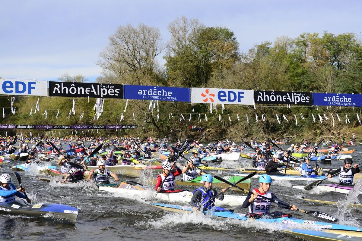 Le départ du Marathon International des Gorges de l'Ardèche, le 9 novembre 2013