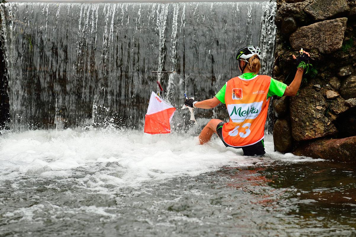 Raid O Féminin 2016 (Ardèche) - Une balise de la course d'orientation est posée au pied d'une cascade