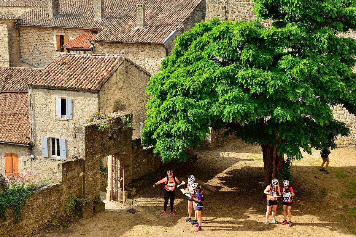 Raid O Féminin 2016 (Ardèche)- Concurrentes dans le village de Chassiers