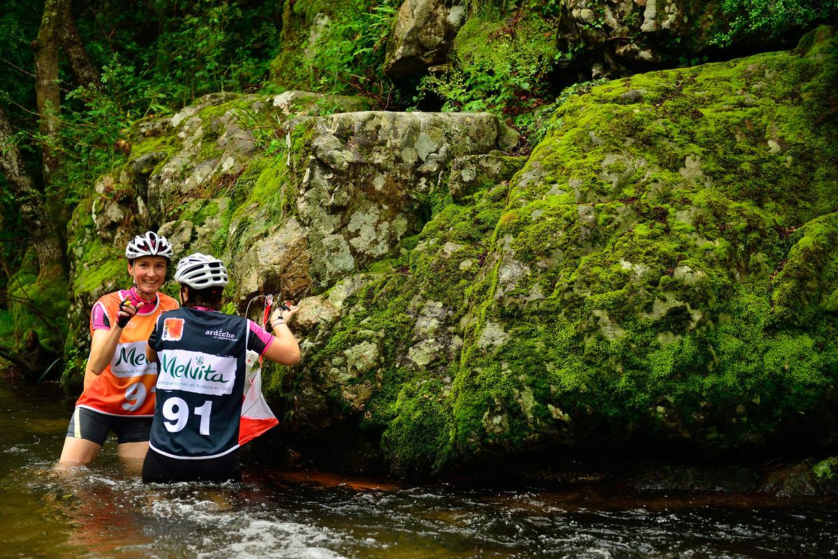 Raid O Féminin 2016 (Ardèche) - Une balise de la course d'orientation est posée sur la rivière