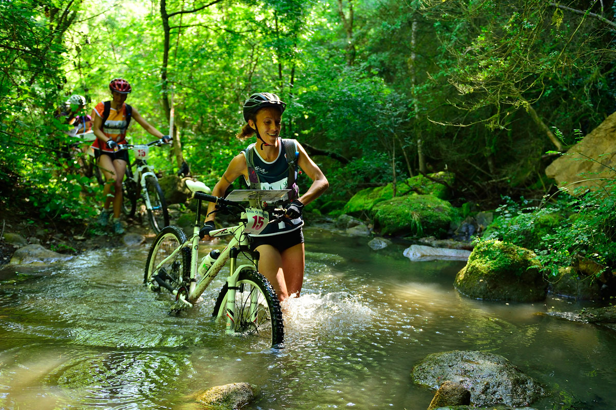 Raid O Féminin 2016 - Concurrente en VTT traversant un petit ruisseau