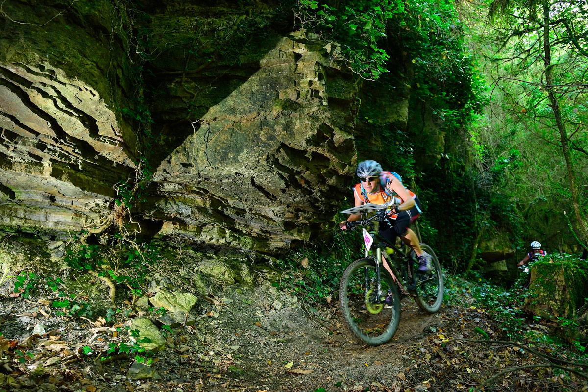 Raid O Féminin 2016 - Concurrente en VTT dans un sous bois